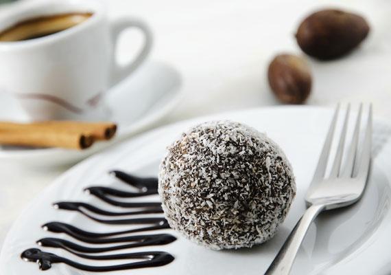 KókuszgolyóMindenki kedvenc sütésmentes édessége a kókuszgolyó, ami akkor igazán jó, ha rengeteg van belőle. Szerencsére ma már le sem kell hozzá darálnod a kekszet, hiszen eleve vehetsz morzsoltat, így azzal sem kell pepecselned, csak meghinteni jó sok kakaóporral, némi rumaromával, és már kezdődhet is a golyóformázás. Hogy teszel-e a közepébe meggyet, vagy sem, az már csak tőled függ. Hogy pontosan hogyan készítsd, azt itt találod.