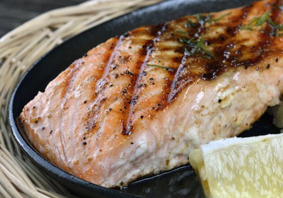 Frissen sült lazac                         A lazac barátod a bajban, ha kevés időd van. A pár pillanat alatt készre süthető egészséges húsféle szinte semmilyen előzetes ízesítést nem igényel, és pirítás után is elég hozzá némi citrom és frissen őrölt bors. A köret már csak rajtad múlik, de egy egyszerű salátával vagy rizzsel épp olyan finom, mint valamilyen bonyolultabb körettel. Az omlós receptet itt találod.
