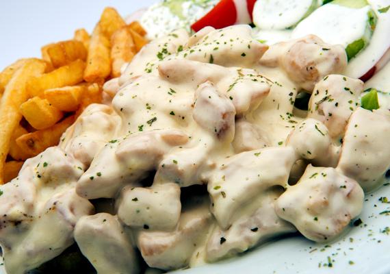 Tejszínes csirke                         A csirke végtelen számú változatban készíthető, jól használható alapanyag, a melle pedig különösen alkalmas gyakorlatilag mindenféle ételnek. A tejszínes változat azért is nagyszerű választás, mert nemcsak finom és gyorsan készíthető, de még látványos is. Így készítsd!