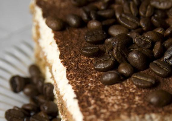 Tiramisu                         Ha van otthon babapiskótád és kávéd is, akkor gyakorlatilag kész is van a tiramisu legegyszerűbb változata. Jó, még kell hozzá néhány dolog, de stabil alapokról indulsz, és nem nagyon tudsz hibázni, ha a fent említett két alapanyag a rendelkezésedre áll. Itt mutatjuk, hogyan csináld!
