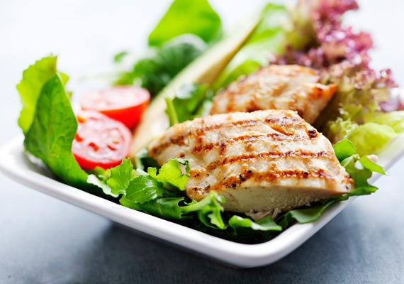 Csirkesaláta                         Fogd a kedvenc zöldségeidet, vágd őket apróra, majd piríts csirkemellet, és fogyaszd így együtt őket. Ez a legegyszerűbb húsos saláta, amit csak ki lehet találni, mégis az egyik legfinomabb. A diétádhoz szinte biztosan passzol, a kalóriák miatt legalábbis nem kell aggódnod, ha ezt fogyasztod. A részletes receptjét itt találod.