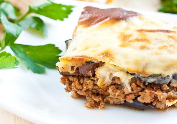 Rakott padlizsán                         A görögök rakott padlizsánja, vagyis a muszaka illatos és fűszeres étel, amiben benne van minden, amitől csak egy fogás jó lehet. Az omlós, fűszeres, húsos ragu, a sült zöldség és a lágyra sült sajt együtt igazán pompás lakomát jelentenek. Így készítsd!