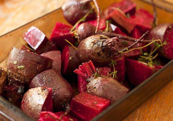 Cékla                         A piros zöldség nem csak savanyúságként finom, bár ezt sokan nem tudják. Sütőbe tolva, némi frissen őrölt borssal és egy kis sóval meghintve egy óra alatt elkészül, és tápláló, finom köret lesz belőle, feltéve, hogy be is kapcsoltad a sütőt.