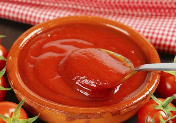 Ketchup                         Igen, a ketchup is készülhet otthon, a konyhádban, egészségesebb és finomabb is lesz, mint a bolti, arról már nem is beszélve, hogy mennyivel olcsóbban kijön a család egész éves ketchupfogyasztása ezzel a módszerrel. Szerezz be egy jó adag friss és üde paradicsomot, és már kezdődhet is a gyártás!