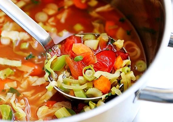 ZöldséglevesHa nem tudsz választani, milyen zöldségből készüljön a diétád mellé leves, nemes egyszerűséggel főzd össze a kedvenceidet egy lábasban, ha nem adsz hozzájuk semmilyen adalékanyagot, biztosan hatékony fogyókúrás fogás lesz a végeredmény, ami egészséges és finom.