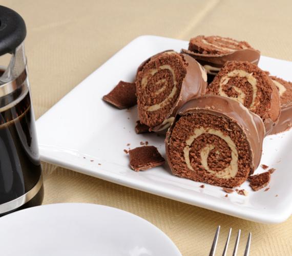 A vanília és a csokoládé külön-külön is nagyon megállja a helyét, együtt pedig verhetetlen párost alkotnak. Ha nem akarsz sok időt a konyhában tölteni, készítsd el a gyors, kétszínű süteményt.