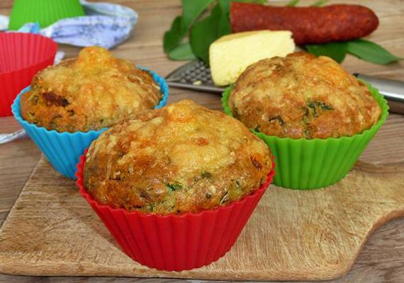A muffinok kedvelői sós formában is fogyaszthatják a finomságot. Szerintünk medvehagymás-kolbászos variációban a legfinomabb »