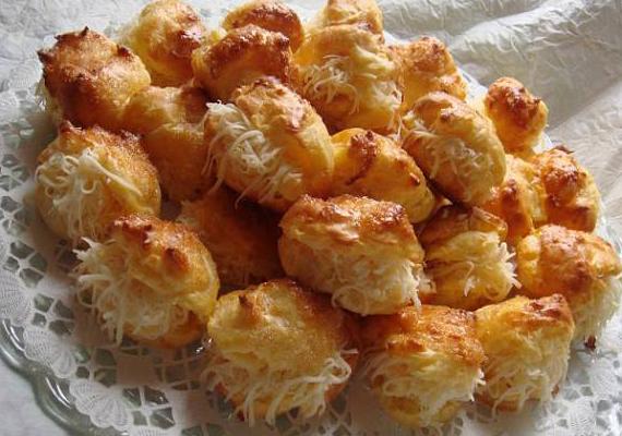A sajtos pogácsának senki nem tud ellenállni, főleg, ha még reszelt sajttal is meg van töltve. Készítsd el otthon bevált receptünk alapján »
