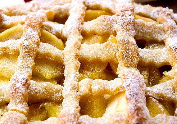 A rácsos almás pitét fél óra alatt összeütheted. Egyszerűen elkészíthető süti, nem időigényes, és egy kis szilvával megbolondítva még finomabb. A rácsos almás pite receptjét itt olvashatod »