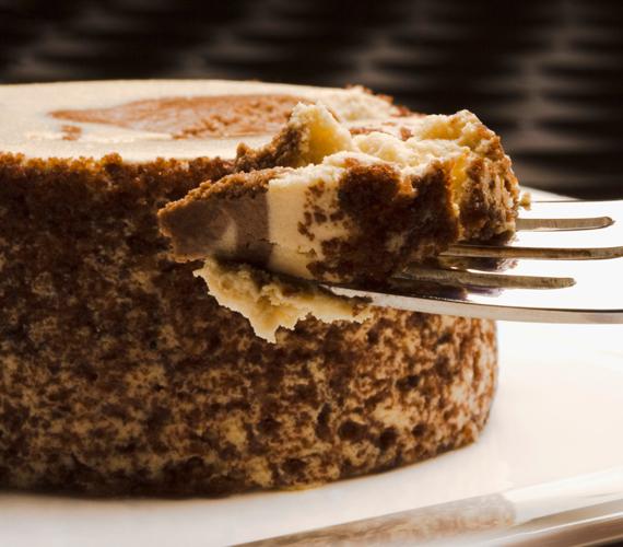 A dió és a kókusz is népszerű kísérője a csokis finomságoknak, de akár mindkét hozzávalót is bevetheted. Íme, a diós-csokis kókusztekercs.