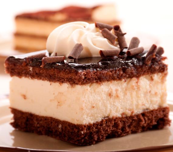 A csokis-tejszínes finomságok azokat is rabul ejtik, akik valami könnyed, de édes kísértésre vágynak. Íme, egy vendégváró sütemény.