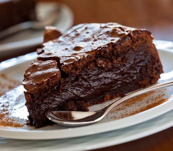 Ha némi alkohollal is feldobnád az édességet, készíts pikáns rumos csokoládétortát. A siker garantált.