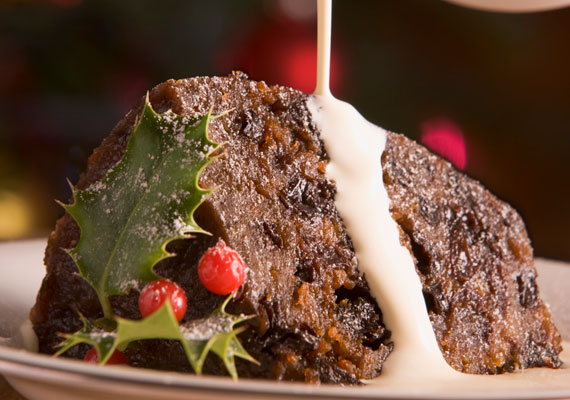 Az angol karácsonyi puding nemcsak finom, de látványos is, ugyanis meggyújtják tálaláskor.