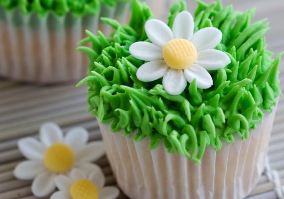 Az egyszerű muffinokat is felturbózhatod egy kis marcipán díszítéssel. A sütemény belsejében finom túró és alma lapul. Készítsd el te is!