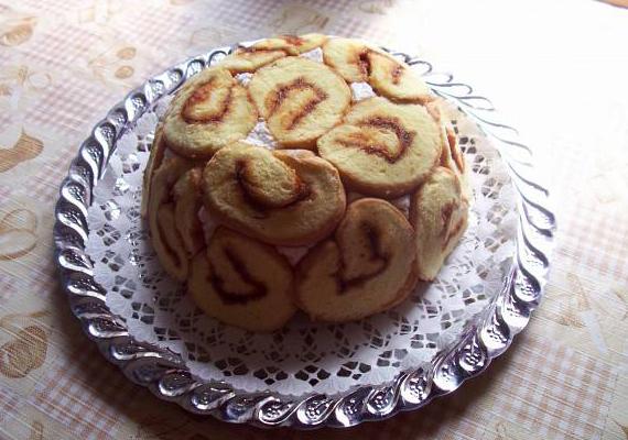 A Barackos Charlotte igazán zamatos sütemény, ráadásul mindenki kedvence, a piskótatekercs is nagy szerephez jut az ízkavalkádban.