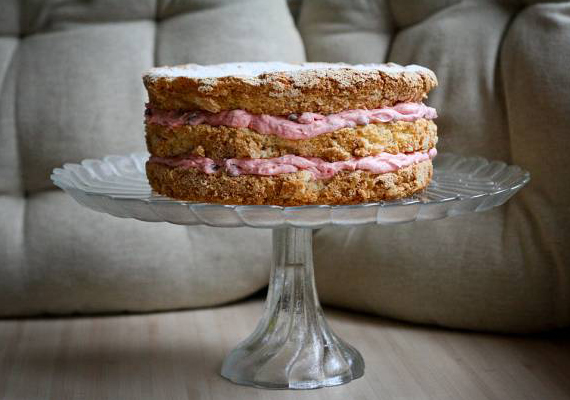 A hosszú téli estéket egy rumos-mazsolás tortával biztosan meghitté varázsolod majd. A finom piskótatésztát készítheted hagyományosan vagy egy kis csokoládéval megbolondítva.