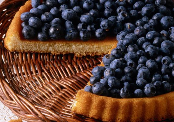 Piskótalap friss áfolyával. Készíts egy sima piskótát, csurgass rá vékonyan mézet és szórd meg bőven áfonyával. Uzsonnára vagy desszertnek tökéletes finomság.