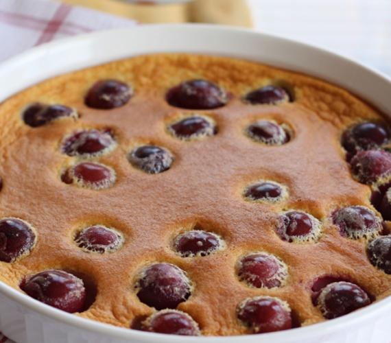 Szórt gyümölcsös pite  Ha szereted a gyümölcsös süteményeket, kedved szerint variálhatod a pités alapú édességeket. Íme egy szilvás változat, de készítheted cseresznyével, körtével és barackkal is.