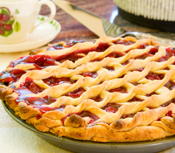 Rácsos sütemény  A rácsos sütemények bizonyára neked is a nagyi gyümölcsös finomságait juttatják eszedbe. Készítsd el almás-szilvás változatot te is!