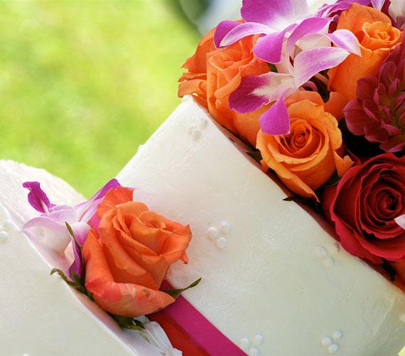 Aki szeret a színekben tobzódni, válasszon narancssárga virágokat az esküvői tortára.