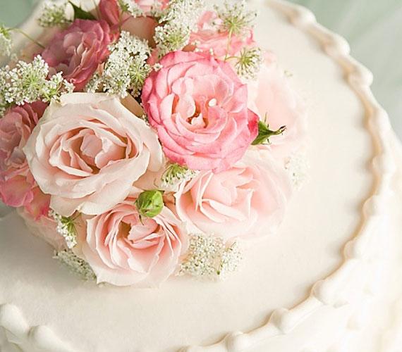 Az élő rózsák jól passzolnak a menyasszony csokrához.