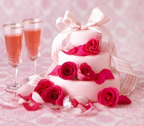 Ezt a hagyományos tortát élénk színű virágokkal tették igazán elegánssá.