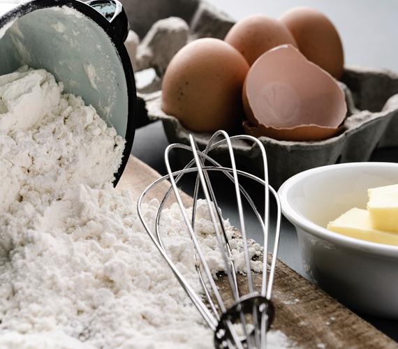 Hozzávalók:6 tojás6 evőkanál cukor1 csomag vaníliás cukor6 púpozott evőkanál liszt1 csomag sütőpor1 csipet só