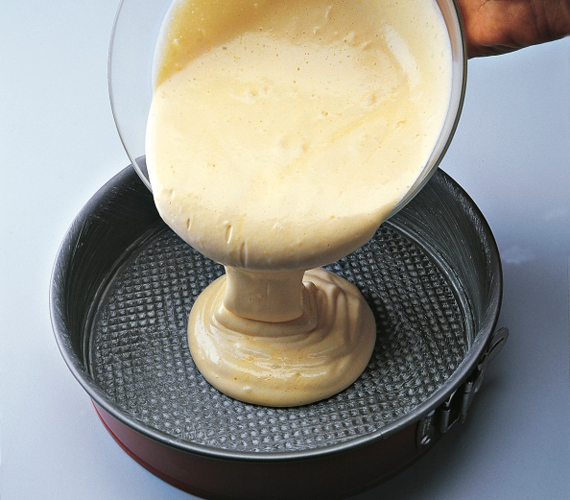 Öntsd a masszát kivajazott sütőformába, és 200 fokra előmelegített sütőben süsd aranysárgára 30 perc alatt. A sütőt nem szabad közben nyitogatni, mert összeesik a tészta. A megsült piskótát kis ideig hagyd a sütőben hűlni, a nagy hőkülönbségtől ugyanis szintén összeeshet.