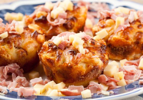 A sós muffinok is nagy népszerűségnek örvendenek, mert egyszerűen és gyorsan elkészülnek, ráadásul pillanatok alatt meleg ételt tehetsz az aszatlra. A húsos változat is isteni, de ha éppen valami zöld ízre vágysz, készítsd el a medvehagymás-sajtos muffint.