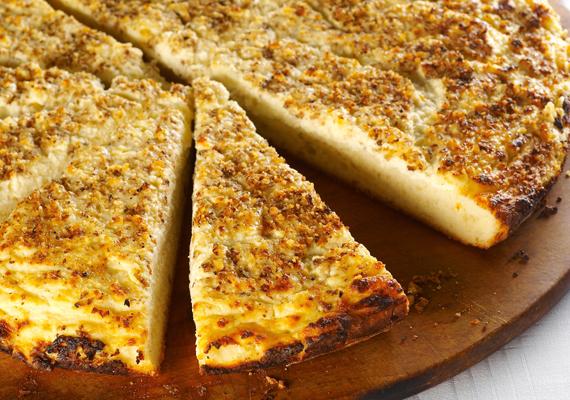 Egy borús téli délután a legjobb alkalom arra, hogy elkészítsd a sajtos, tejfölös, fokhagymás lepényt, ami egy kicsit visszacsempészi a nyári lángosozást.