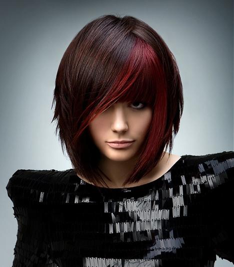 Kis színes  Ha nem ódzkodsz a feltűnő frizuráktól, és elég hajad van egy ilyen tömött, félhosszú bubihoz, akkor próbáld ki az arc körüli melírt, ami a szemekre tereli a többiek tekintetét.