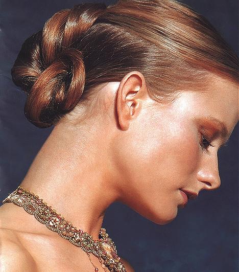 Francia konty  Középhosszú hajból is remekül kivitelezhető, ha profira bízod. Tulajdonképpen úgy kell egymáson átfűzni, megcsavarni a tincseket, mintha fonott kalácsot készítene az ember. Ez a fazon tökéletesen harmonizálhat gyöngyös díszcsatokkal, esetleg természetes virágokkal. Rendkívül finom, elegáns kontytípus.
