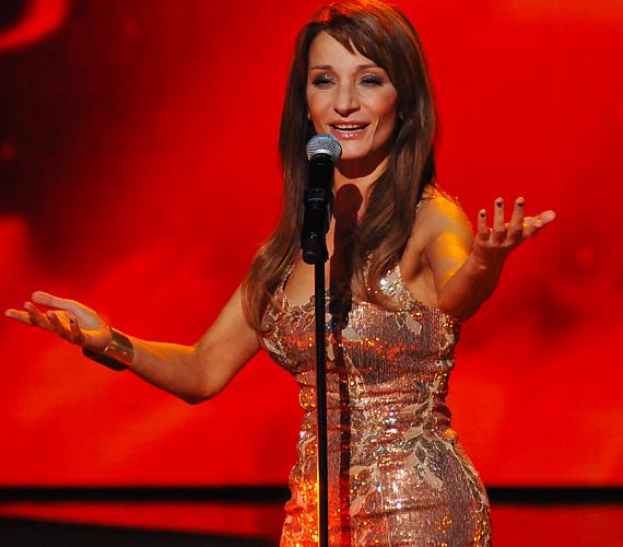 A 2011-es X-Faktor 11. élő adásában dalra fakadt az énekesnő. Az alkalomhoz illően rockdívás sminkje ünnepi csillogást kapott.