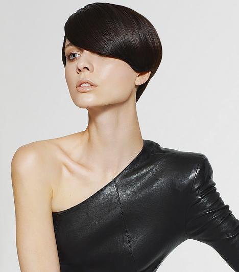 Sima és elegáns  A retro gombafazont hosszúra hagyott, féloldalas frufruval is kérheted a fodrászodtól, mely elegánsabb, titokzatosabb benyomást kelt. Ez a frizura megkívánja a jól ápolt, fényes tincseket, így nem árt csínján bánnod a hajvasalóval, nehogy tönkretedd a vékony szálú hajad sérülékeny szerkezetét.