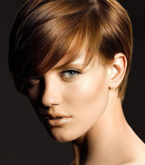Glamour stílusú  A hosszú frufrus, hátul is finoman megszedett fazon kitűnő példa arra, hogy a rövid haj is lehet rendkívül nőies. Ez a frizura kevésbé növeli a tincseid volumenét, ám kihangsúlyozza puha lágyságukat. A féloldalas, lazán leomló frufru miatt pedig cseppet sem kelt lapos hatást.