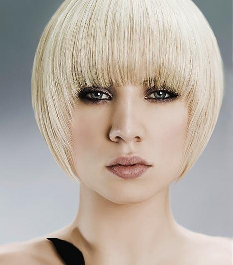 Lépcsőzetes bob  Nem is félhosszú, nem is teljesen rövid haj, hanem egyfajta kellemes átmenet a kettő között, amennyiben az előbbihez nem alkalmas a vékony hajszerkezeted, az utóbbit pedig nem akarod bevállalni. A lépcsőzetes fokozatok a szemöldököt takaró frufruból indulnak ki, ezáltal könnyed, lágy keretet képeznek az arc körül.