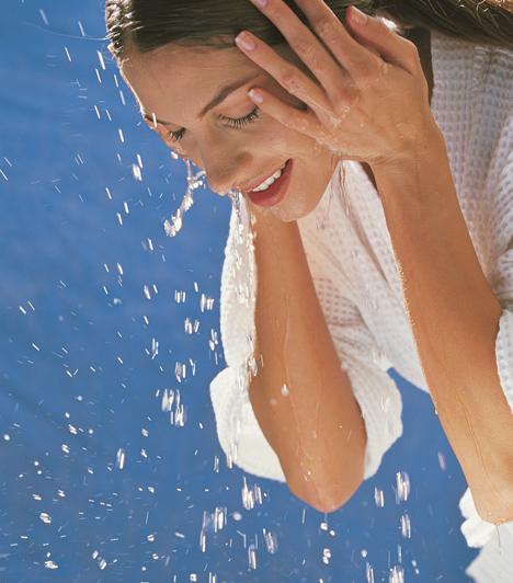 TisztításTisztítsd naponta kétszer az arcod, reggel és este, lemosóval és tonikkal. Így frissen tartod a bőrt, és segíted a megújulásban. Tarts arclemosó kendőt az éjjeliszekrényeden, így nem bliccelheted el.Kapcsolódó cikk:3 dolog, hogy ne öregedj egy percet sem »