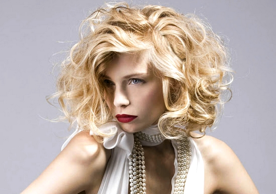 A természetes hullámok idén az abszolút kedvencek közé tartoznak, különösen, ha bubifazonra van vágva a haj.
