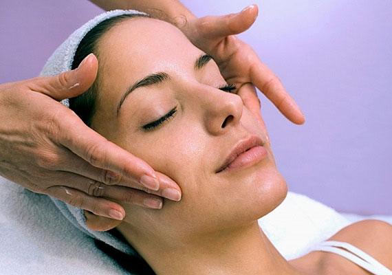 Keress egy jó kozmetikust, aki hiteles, jó alapanyagokkal dolgozik. Az otthoni ápolás fontos, de vannak hatóanyagok, melyeket csak szalonban tudnak a bőrbe dolgozni. Hosszú távon megéri, ha áldozol erre.
