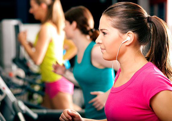 Napi 30 perc mozgásra mindenkinek szüksége van. Az edzés nemcsak a testet és a lelket tartja karban, de a bőrre is nagy hatással van, javul a keringés, feszesedik az arc. Fél órát a legelfoglaltabbak is le tudnak csípni a napból, és pénz sem kell ahhoz, hogy futásnak eredj.