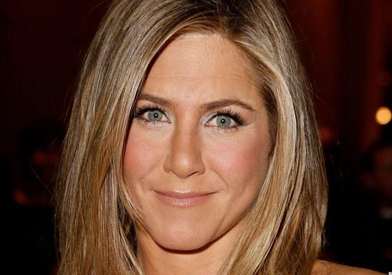 Jennifer Aniston szexis, a testéért sok nő sok mindent megtenne. 44 éves, és ragyogóan néz ki, amit nem utolsósorban letisztult, nőies stílusának köszönhet. Ha esetleg plasztikáztatott is, azt óvatosan tette, arca természetes, nem vesztette el karakterét.