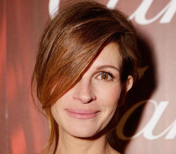 Julia Roberts féloldalas frizurájával egyszerre elegáns és huncut, mintha semmit ne öregedett volna a Micsoda nő! óta.
