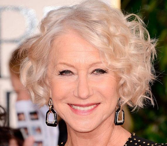 Helen Mirren 68 éves, és bár az arca már nem teljesen feszes, huncutságából semmit nem veszített, ha ahhoz van kedve, rózsaszínre festi a haját vagy éppen bőrkabáttal kombinálja az estélyit.
