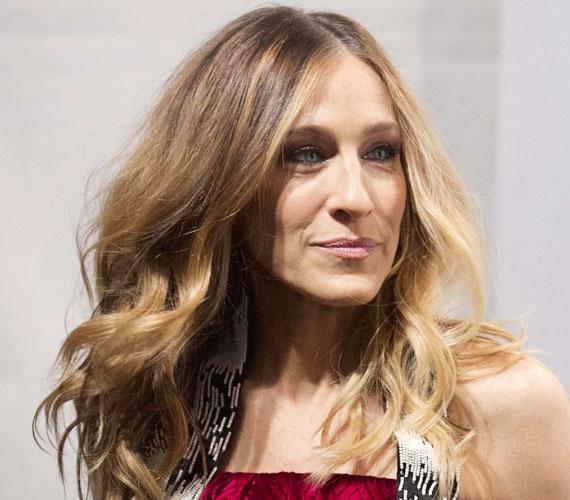 Sarah Jessica Parker 48 éves, és sokat számít, hogy a haja remekül néz ki, illetve, hogy Carrie szerepét elhagyva is odafigyel arra, hogy hogyan öltözködik.