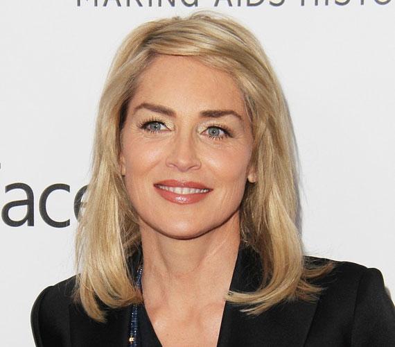 Sharon Stone állítása szerint zokogott, amikor ráébredt, hogy ő sem marad fiatal örökké, de ez az idő még nincs itt, hiába 55 éves. A jól megválasztott kozmetikai kezelések mellett a hajviselet és az öltözködés is rengeteget számít, no meg az, hogy a színésznő nem nagyon iszik alkoholt.