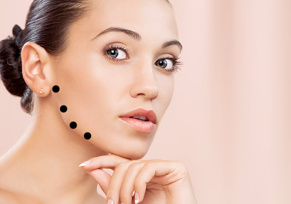 Az arckontúr megtartásáért először az állcsont mellett haladj.