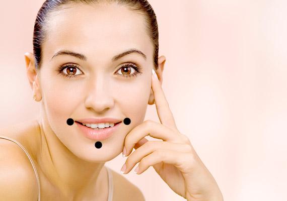A száj környékén található ráncok eltüntetése érdekében ezt a három pontot nyomd meg, először a két oldalsót, aztán az alsót.