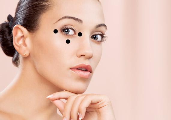 A szarkalábak ellen először a belső szemzugban, majd kívül, a szem sarkában, végül lent, középen végezz enyhe nyomást.