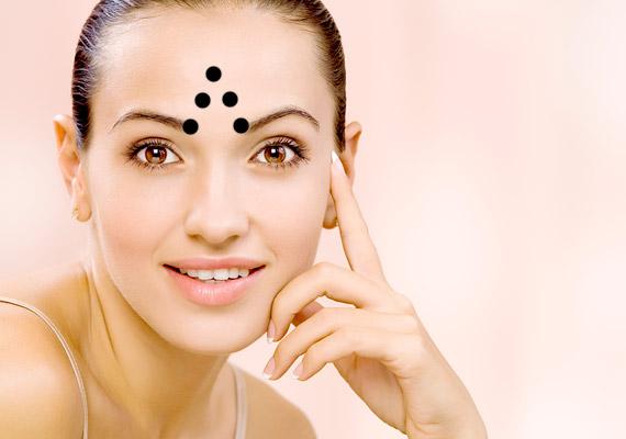 Ha gyakran ráncolod össze a homlokod, akkor a szemöldök tövében kétoldalt, majd feljebb és végül a háromszög csúcsán, egy pontban végezz nyomást.