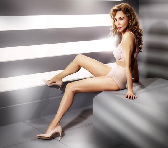 Marie a fehérneműcég Always Aliza névre keresztelt darabjaiban pózolt a kamerának. A modell 62 éves, azonban évtizedeket is letagadhatna a képei alapján.